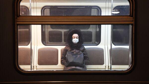 Девушка в вагоне московского метрополитена во время карантина - Sputnik Србија