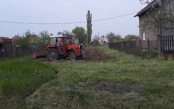 Добро је кад је њива у оквиру дворишта па не крши полицијски час  - Sputnik Србија