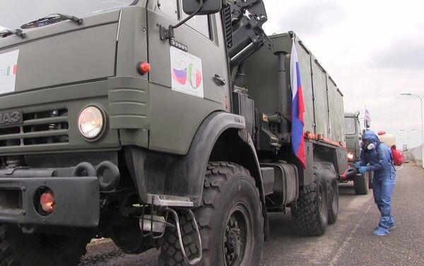 Ruski vojni stručnjaci tokom dezinfekcije ulica i zgrada u italijanskom gradu Valbondione - Sputnik Srbija