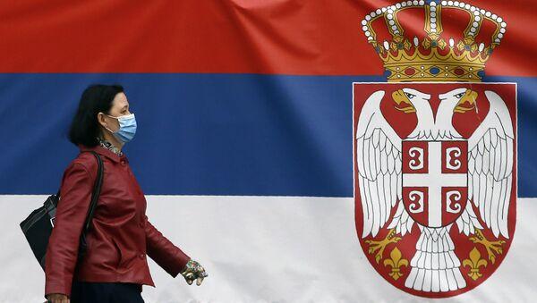 Srpski grb i žena sa maskom na ulicama Baograda - Sputnik Srbija