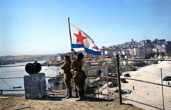 Војници Црвене армије Николај Сахно и Георгиј Пивоваров постављају Заставу победе, 1944. - Sputnik Србија