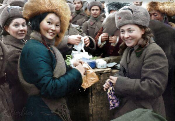 Делегација из Монголије предаје поклоне совјетским војницима. - Sputnik Србија