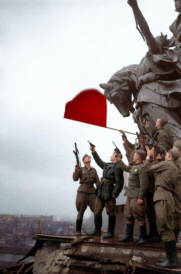 Совјетски војници прослављају победу на крову Рајхстага - Sputnik Србија