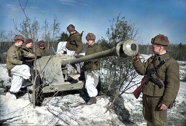 Совјетски војници проучавају конфисковано немачко противтенковско оружје. - Sputnik Србија