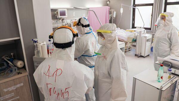 Medicinsko osoblje na intenzivnoj nezi Kliničkog centra Vojvodina sa pacijentima koji pate od virusa korona  - Sputnik Srbija
