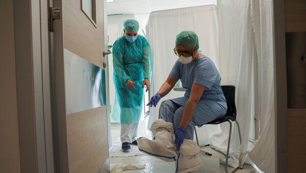 Медицинско особље на интензивној нези Клиничког центра Војводина - Sputnik Србија