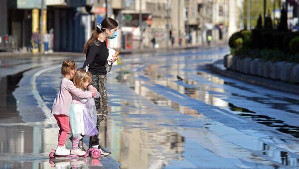 Жена са децом након дезинфекције  улица у Нишу - Sputnik Србија