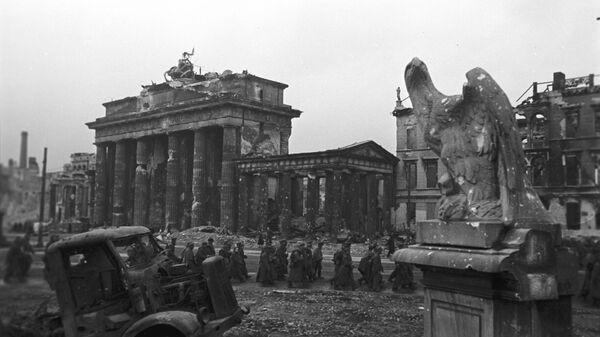 Колона заробљених немачких војника код Бранденбуршке капије у Берлину - Sputnik Србија