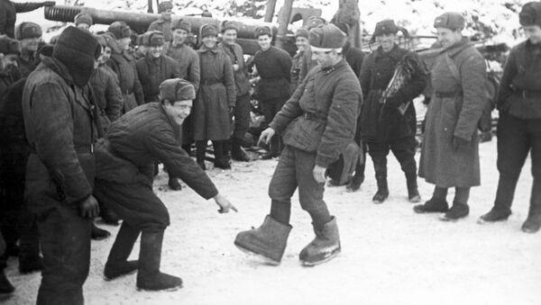 """Совјетски војник показује саборцима """"немачке ваљенке"""" - Sputnik Србија"""