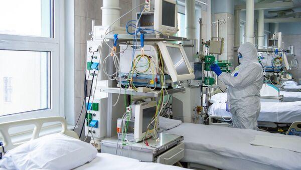 Lekar u zaštitnom odelu u bolnici u Moskvi - Sputnik Srbija
