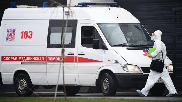 Vozilo hitne pomoći ispred bolnice u Moskvi - Sputnik Srbija