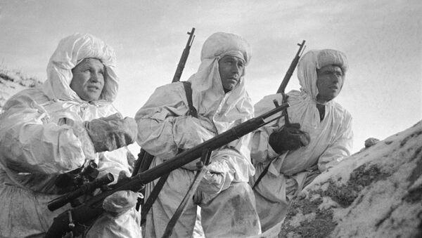 Sovjetski snajperista Vasilij Zajcev (levo) sa učenicima - Sputnik Srbija