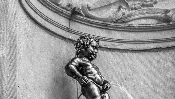 Скултпура Дечак који пишки на фонтани у Бриселу - Sputnik Србија