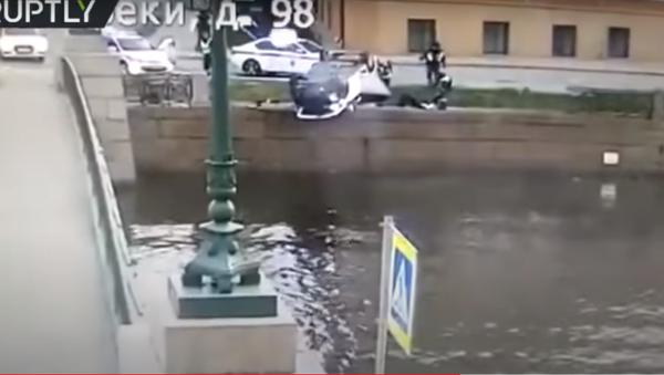 Филмска потера у Русији: Бежао од полиције, ауто се преврнуо и остао да виси изнад реке /видео/ - Sputnik Србија