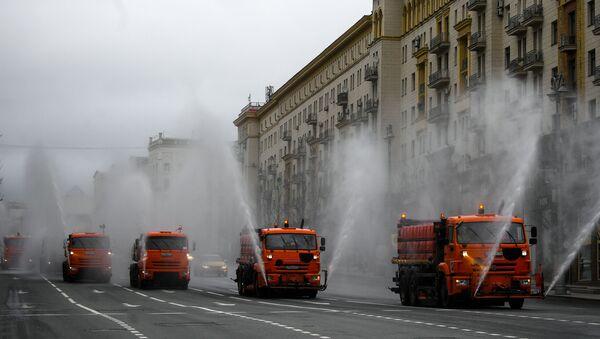 Komunalna vozila dezinfikuju Tversku ulicu u Moskvi - Sputnik Srbija