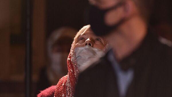 Veruющie na prazdničnom pashalьnom bogosluženii v Aleksandro-Nevskom kafedralьnom sobore v Simferopole - Sputnik Srbija