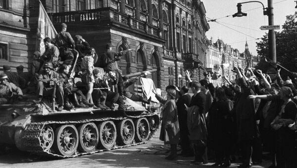 Stanovnici Praga pozdravljaju sovjetske trupe (1945) - Sputnik Srbija