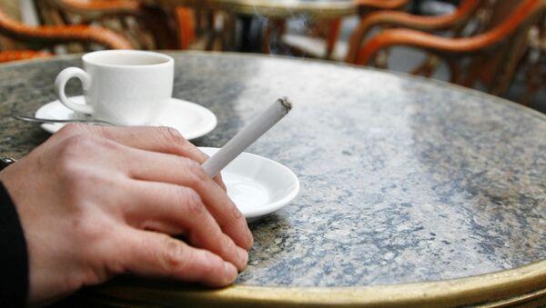 Човек пуши цигарету у кафићу у француском Бордоу - Sputnik Србија