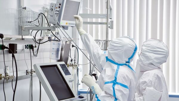 Лекари у заштитним оделима одељењу болнице Сеченов за лечење пацијената од вируса корона - Sputnik Србија