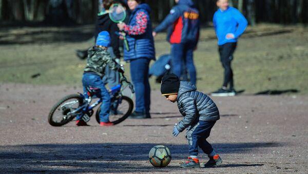 Деца се играју у парку у Санкт Петербургу - Sputnik Србија
