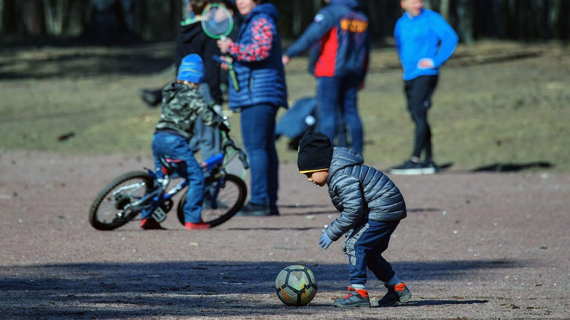 Deca se igraju u parku u Sankt Peterburgu - Sputnik Srbija, 1920, 06.10.2021