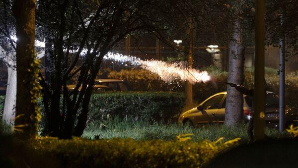 Човек испаљује ватромет током сукоба са полицијом у северном предграђу Париза - Sputnik Србија