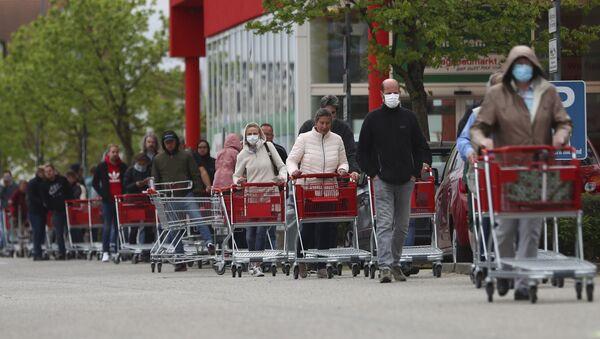 Људи стоје у реду за улазак у продавницу у Минхену - Sputnik Србија