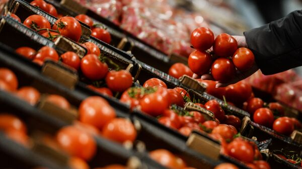Kupac bira paradajz - Sputnik Srbija