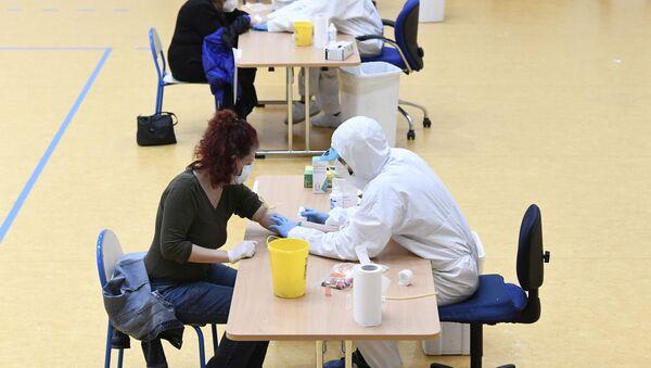 Zdravstveni radnici uzimaju uzorke krvi za testove na virus korona (kovid 19) u Milanu - Sputnik Srbija