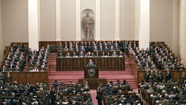 Član politbiroa CK KPSS Mihail Gorbačov obraća se zajedničkom zasedanju Saveta Saveza i Saveta nacionalnosti vrhovnog saveta SSSR - Sputnik Srbija