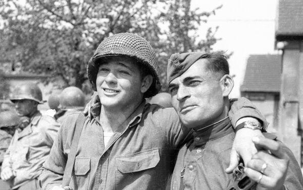 Совјетски и амерички војник, састанак на Елби - Sputnik Србија