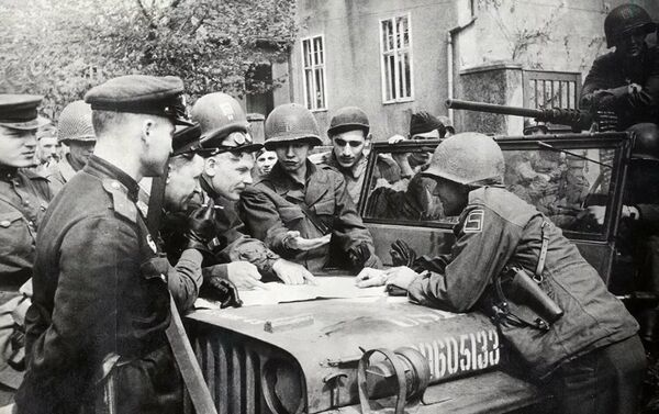 Састанак совјетских и америчких војника на Елби - Sputnik Србија