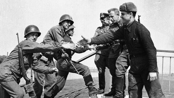 Састанак совјетских и америчких војника на реци Елби - Sputnik Србија