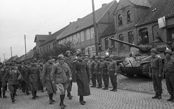 Совјетска и америчка војска на улицама града Торгауа - Sputnik Србија