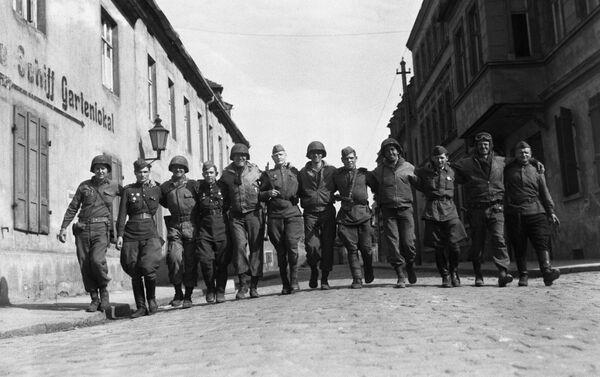 Совјетски и амерички војници заједно шетају улицама немачког града Торгауа - Sputnik Србија