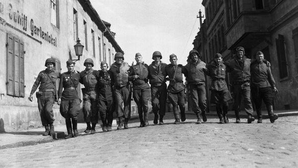 Sovjetski i američki vojnici zajedno šetaju ulicama nemačkog grada Torgaua - Sputnik Srbija