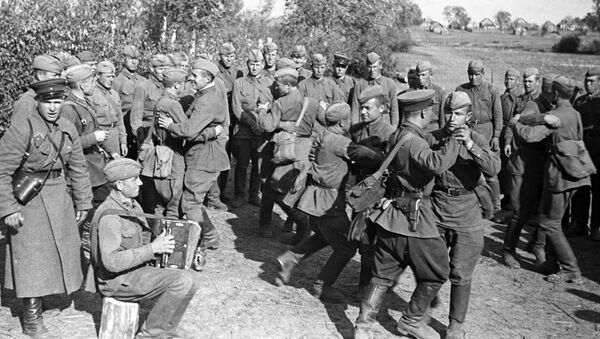 Совјетски војници певају и играју током одмора - Sputnik Србија