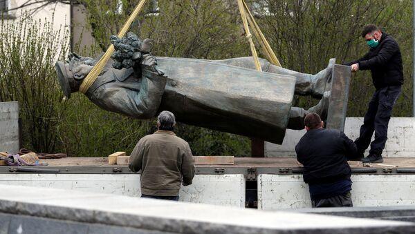 Uklanjanje spomenika maršalu Konjevu u Pragu - Sputnik Srbija