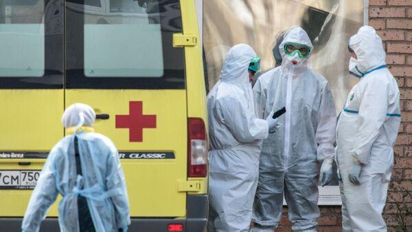 Zdravstveni radnici ispred Federalnog kliničkog centra za visoke medicinske tehnologije Himki - Sputnik Srbija