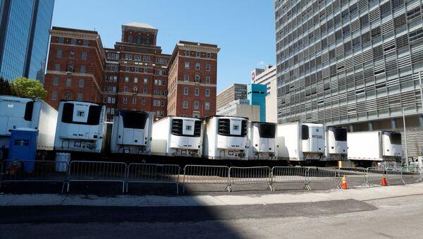 Камионске приколице-хладњаче које служе као привремене мртвачнице иза болнице у Њујорку - Sputnik Србија