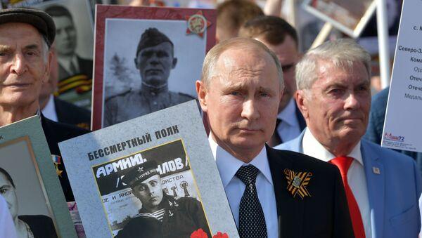 Руски председник Владимир Путин у акцији Бесмртни пук која се одржава поводом Дана победе - Sputnik Србија