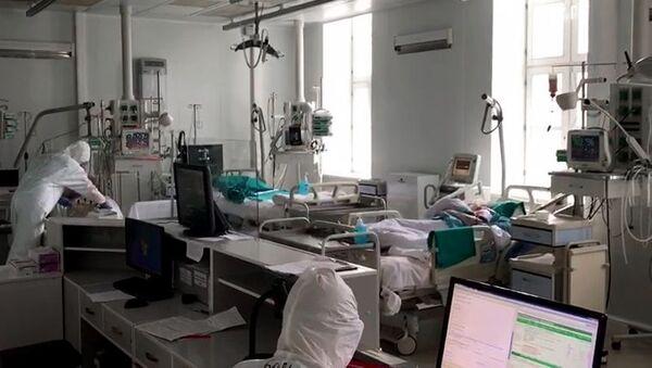 Zdravstveni radnici u odeljenju sa pacijentima obolelim od kovida 19 u Moskvi - Sputnik Srbija