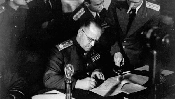 Zamenik Vrhovnog komandanta, maršal Sovjetskog Saveza Georgij Žukopv potpisuje Akt o kapitulaciji nacističke Nemačke, 8. maj 1945. - Sputnik Srbija