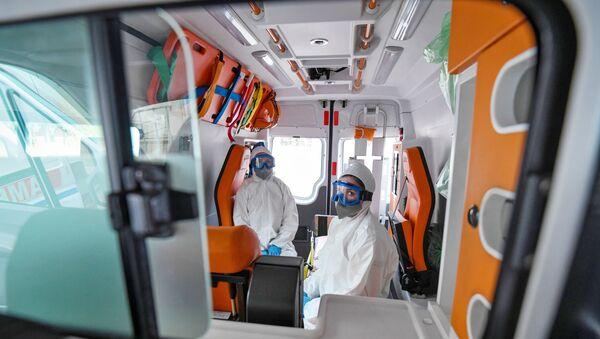 Lekari hitne pomoći u zaštitnim odelima - Sputnik Srbija