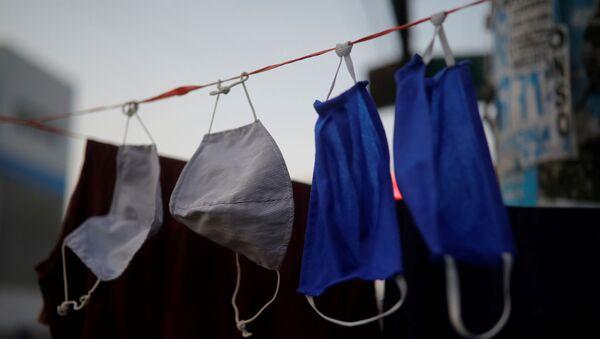 Oprane zaštitne maske za lice se suše na žici u Limi - Sputnik Srbija