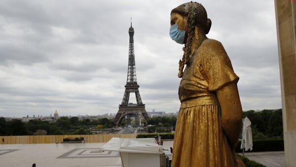 Statua sa zaštitnom maskom na licu na Trgu Trokadero u blizini Ajfelove kule u Parizu - Sputnik Srbija