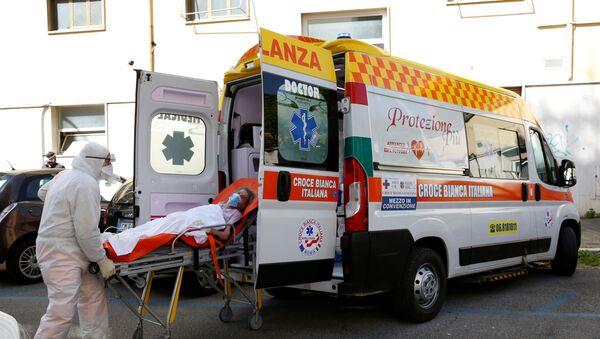 Medicinski radnici unose pacijenta u vozilo hitne pomoći u Rimu - Sputnik Srbija