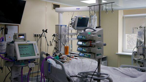 Пацијент који болује од ковида 19 на одељењу интензивне неге у клиници у Москви - Sputnik Србија