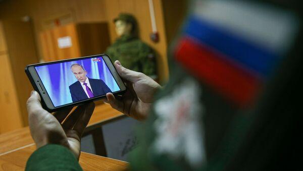 Руски војник прати обраћање председника Владимира Путина - Sputnik Србија
