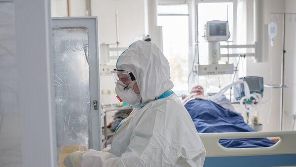 Pacijent i zdravstveni radnik na odeljenju intenzivne nege u bolnici  - Sputnik Srbija